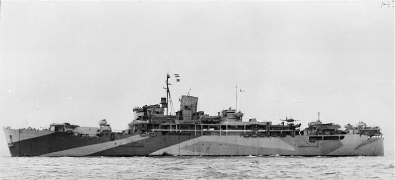 El HMS Cantón tras su transformación en crucero auxiliar, la diferencia es evidente, se puede apreciar la catapulta con el hidroavión, así como otros cambios en las superestructuras