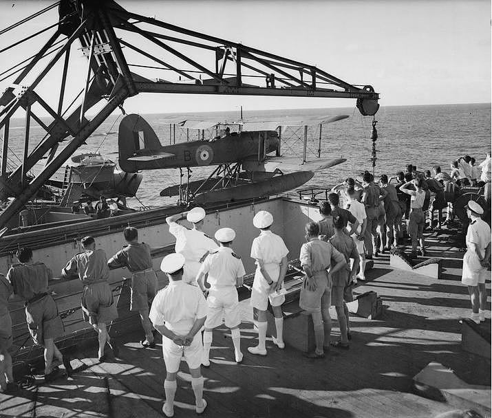 En esta imagen se ve la preparación para el lanzamiento de un hidroavión de reconocimiento Fairey Seafox a bordo del crucero auxiliar HMS Canton F97