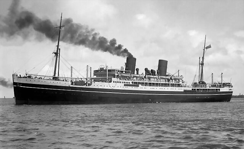El Corfú en 1932 como buque civil de pasaje, obsérvese que aún tiene dos chimeneas, la de popa fue eliminada al convertirlo en crucero auxiliar
