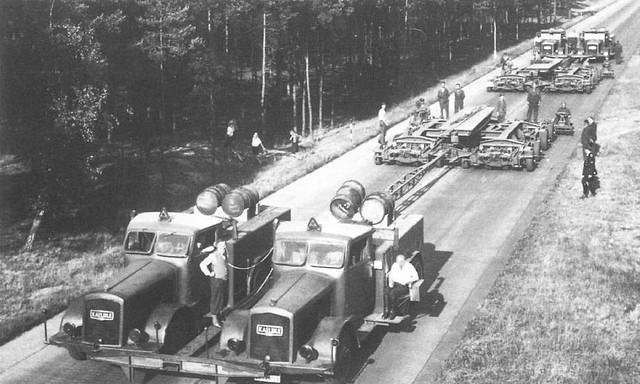 Convoy con los dos camiones antes de cargar un sumergible
