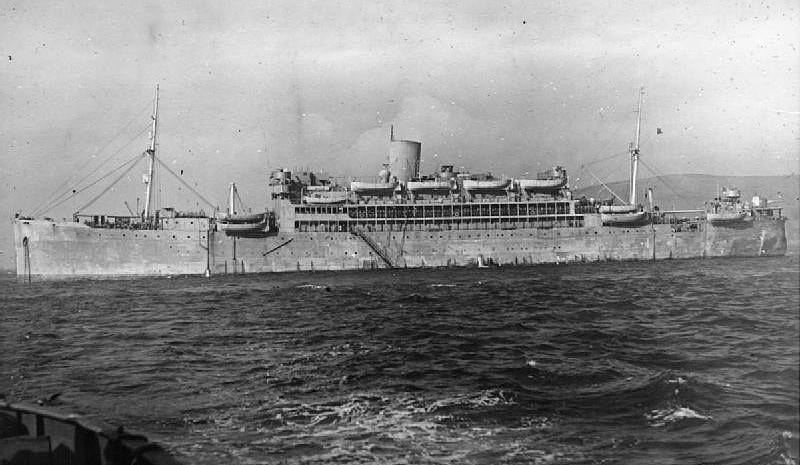 El HMS Cricassia tras su transformación en crucero auxiliar, la transformación parece menos importante que la realizada en su gemelo HMS Cilicia, en este caso no lleva la catapulta para el hidroavión