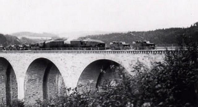 Al paso de un puente. Se ven las dos cabezas tractoras que lo remolcan en la parte delantera que en esta caso van en tándem