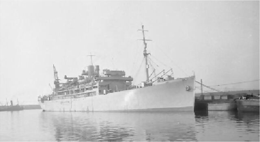 El HMS Cilicia tras su transformación en crucero auxiliar, se puede apreciar parte de su artillería y el hidroavión situado sobre la catapulta. A proa de la chimenea se aprecia el sensor de un radar tipo 271