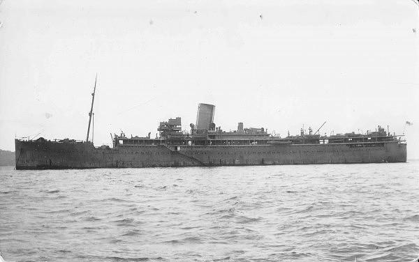 El HMS Maroja tras su transformación, obsérvese que se ha eliminado una de las chimeneas para aumentar el campo de tiro de los antiaéreos