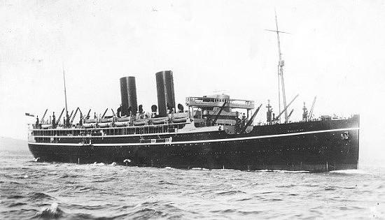 El SS Rawalpindi como buque civil de pasaje con sus dos chimeneas