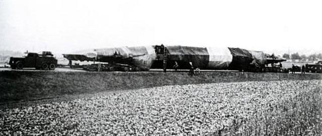 En esta foto se aprecia claramente los dos remolques sobre los que se apoyaba el sumergible, uno en la parte delantera y otro en la parte trasera
