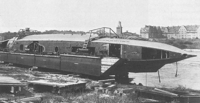 Casco preparado para ser colocado de nuevo entre unas barcazas
