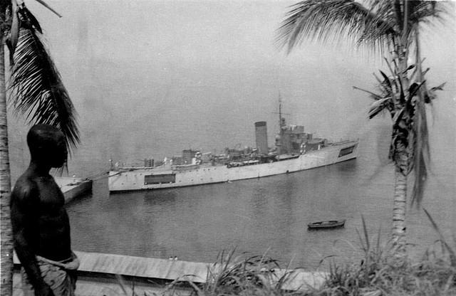 El cañonero Dato amarrado en Santa Isabel, en los costados se pueden ver las banderas españolas pintadas para indicar su condición de barco neutral