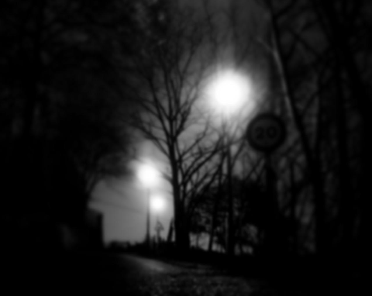 pero algo le susurraba al oído que nunca lograría atravesar la ciudad desierta (blog espacios en blanco)