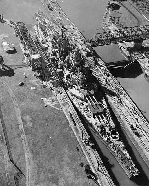 El Missouri entrando en el Canal de Panamá