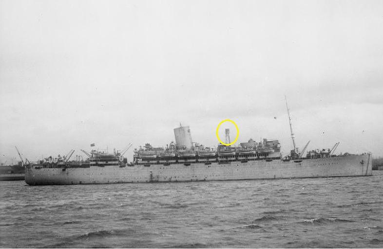 Esta foto corresponde al HMS Alcántara tras su transformación, este buque era gemelo del HMS Asturias y la transformación sufrida era similar, la imagen sirve para poder ver el cambio de imagen de buque civil a crucero, se aprecia la eliminación de la chimenea de proa y que en su lugar, en el circulo amarillo, monta lo que parece un sensor de radar posiblemente sea del tipo 271