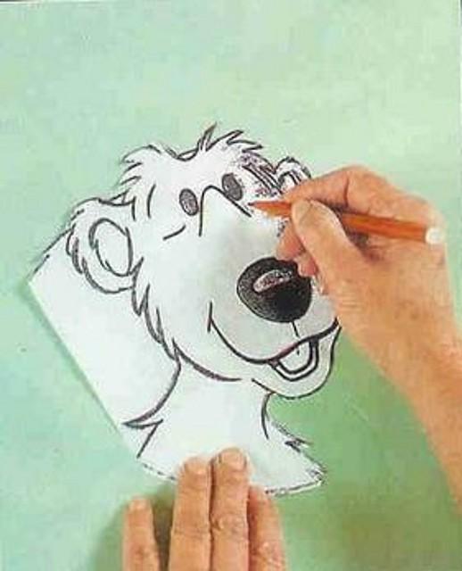 Busca el dibujo con el que quieres pintar tu gelatina, y delinea el contorno con un marcador (plumin Crayola) no toxico