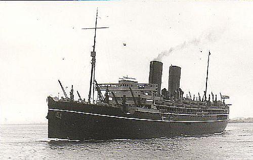 El SS Rajputana en su época de buque civil de pasaje, obsérvese que tiene dos chimeneas, la de popa fue desmontada al convertirlo en crucero auxiliar