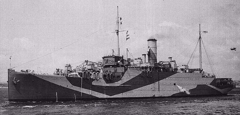 El Aurania tras su conversión en buque auxiliar de reparaciones con el nombre de HMS Artifex, se le han desmontado los cañones de seis pulgadas y el radar además de otros cambios evidentes