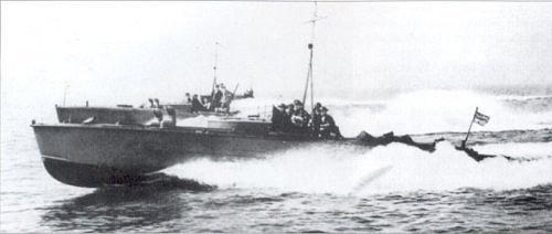 La lancha en primer plano es la MTB 104, gemela de la MTB 105 que llevaba el HMS Fidelity, esta posiblemente sea la que está en segundo plano