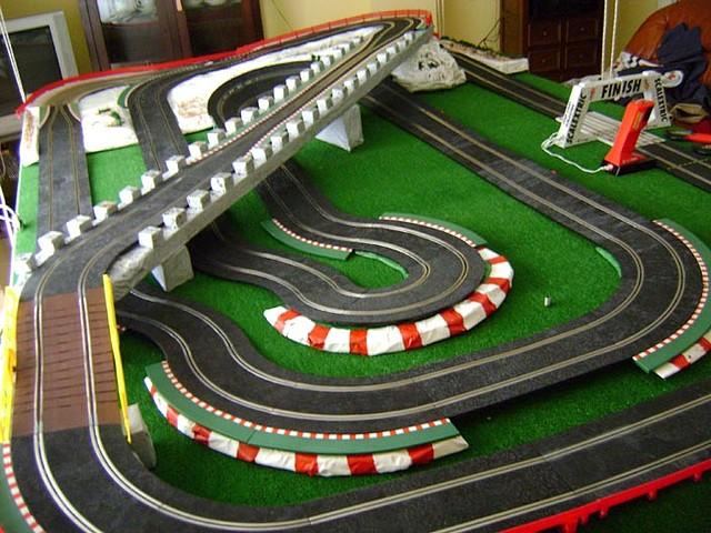 Slot adictos circuito diorama scalextric colgado del techo del sal n scratch building - Decoracion scalextric ...