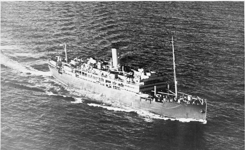 El HMS Derbyshire tras su conversión en crucero auxiliar, se aprecia parte de su artillería. Obsérvese que se le han desmontado dos de sus cuatro palos, en el de mesana solo se ha dejado el palo macho
