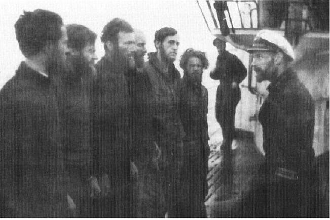 Foto del U-435 durante su 8ª patrulla en agosto de 1942, a la derecha con la gorra el comandante Siegfried Strelow, enfrente el grupo de meteorólogos que desembarco en Knospe en la isla de Spitzbergen