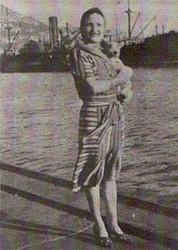Madeleine Victorie Bayard con su perro con el que viajaba siempre