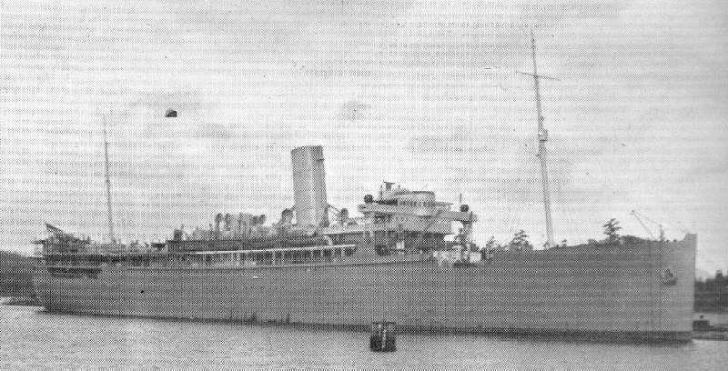 El HMS Rajputana como crucero auxiliar, obsérvese que solo tiene una chimenea, la de popa se ha desmontado, también han desaparecido la mayoría de las grúas y muchos de los botes salvavidas