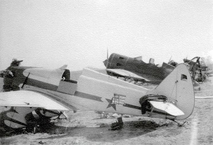 Avión de entrenamiento Yakovlev UT-1, en segundo plano un I-16 UTI-4 parcialmente destruido