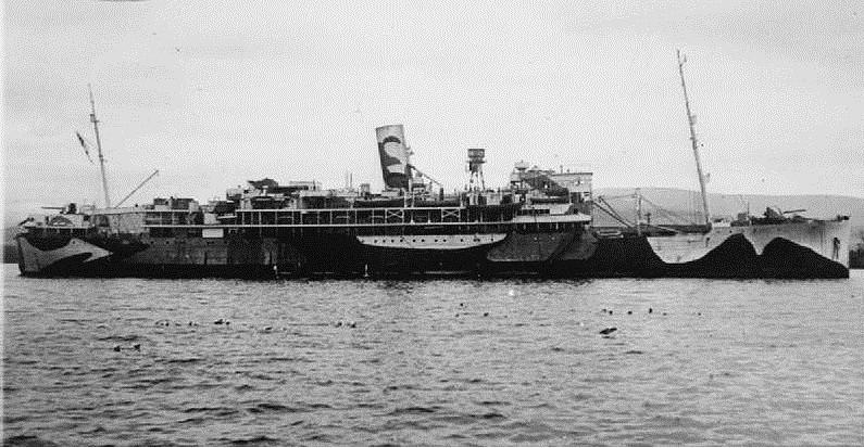 El HMS Worcestershire como crucero auxiliar armado. A proa de la chimenea tras el puente se ve lo que parece un radar