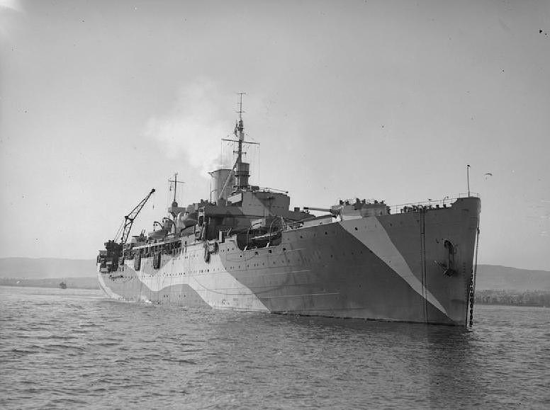 El HMS Corfú tras su última transformación en 1943, se puede apreciar la única chimenea, parte de la artillería y a popa la grúa para recuperación de los hidroaviones. Sobre el puente a proa del mástil parece que monta un radar tipo 271