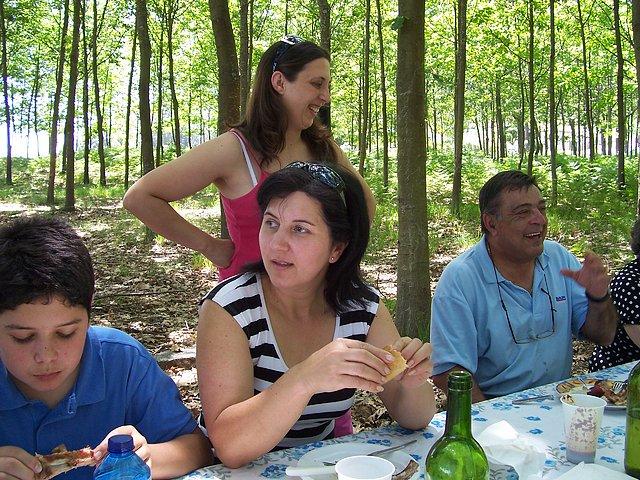 A concelleira de Cultura e Deporte Tere, charlando co directivo Luis