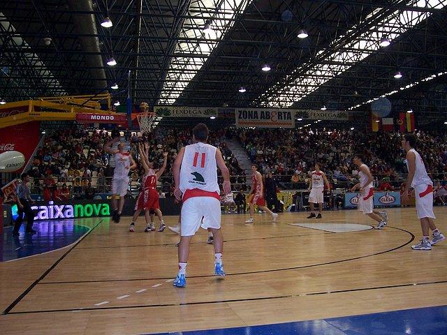 O España-Rusia era o forte da xornada. Pese a derrota, disfrutamos a tope co xogo e ambiente. Na imaxe un xogador español entrando a canasta.