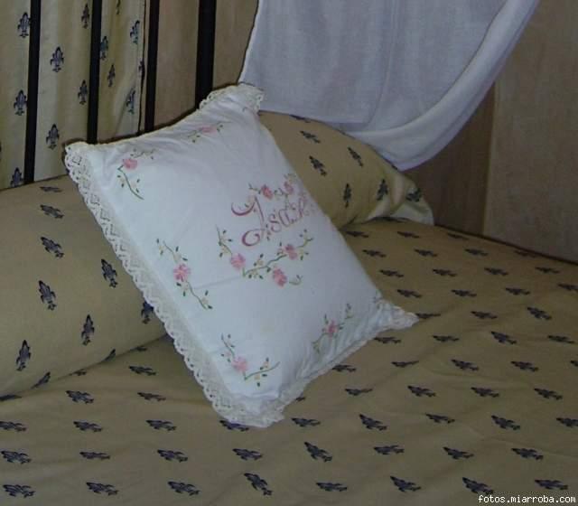 Sabanas toallas y cojines pintados a mano - Sabanas y toallas ...