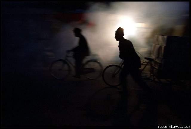 Ciclistas por una estrecha calle en el viejo pueblo de Kashgar, en Xinjiang, China.