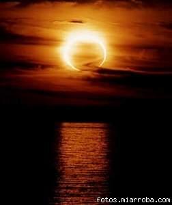 Eclipse anular de sol sobre el mar