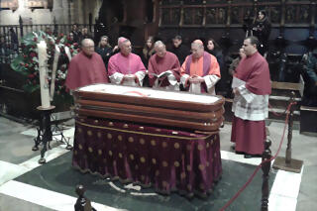 sistach-ante-el-feretro-del-cardenal-carles