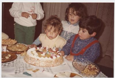 Dani soplando las velas 2º cumpleaños