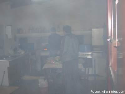 peibol cocinando bajo la atenta mirada del humo y de sunday