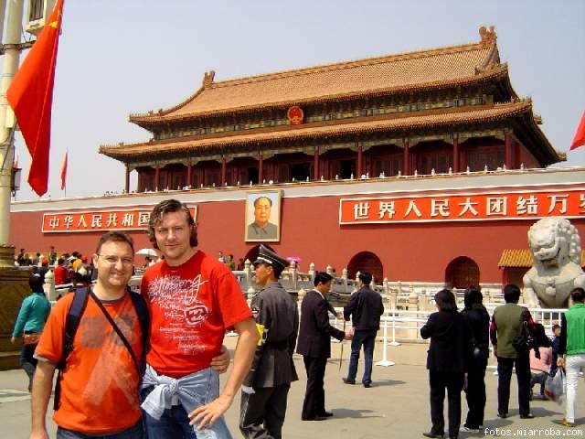 Alberto & Dani en la plaza de Tiananmen