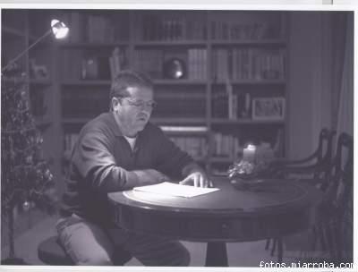 Mariano Estrada en la biblioteca de su casa