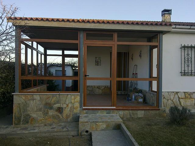 www.metalicasvelilla.com Cierre de porche para entrada a vivienda unifamilñiar en aluminio imitacion madera color embero
