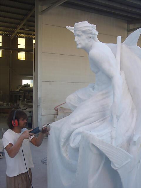 Manzano ultimando el Monumento al pescador
