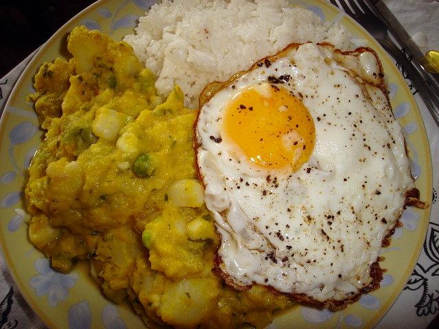 arroz con arvejas y huevo frito