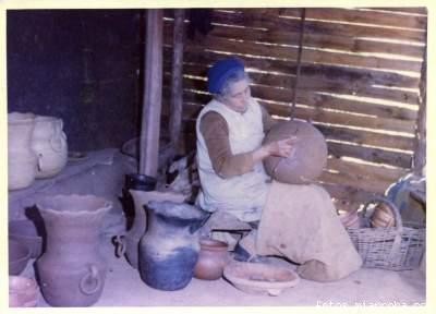 La Sra. Mercedes González, artesana en greda de El Copao, año 1976.