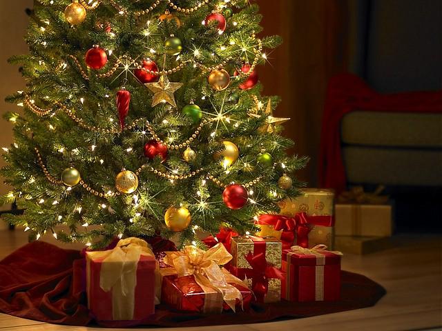 regalos_bajo_arbol_navidad-73262-783582